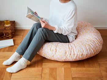 寒い冬でも直接床に座ってまったりしたい時は、お尻をあたたかく包み込む直径100cmのフロアクッションはいかがでしょうか?ソファーなど置けない寝室でも、軽く運べて尚且つお部屋のアクセントにもなりますよ。