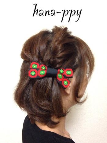黒地に赤と緑の模様がかわいいバレッタは、無造作にとめるだけでもサマになります。和服のヘアアレンジにしても似合いそう♪