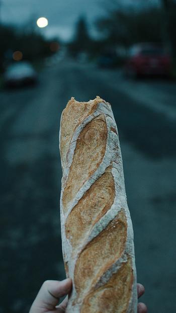 本場フランスの方にとって、パン=バゲット。バゲットは毎日の食卓に欠かかせないパンになっています。フランスの夕暮れ時には、こんなふうにかじられたバゲットを持って歩く男性の姿がちらほら…(笑)。帰宅途中のお父さんが家族の夕飯に買って帰ることが多いのですが、美味しそうなあまり、家に着く前についかじってしまうみたいなんですね。そんな微笑ましい風景が、フランスではいつもの日常として根づいているんです。