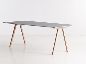 どんなお部屋にも合いそうなシンプルな作りが魅力のテーブルです。抗菌性に優れた素材を使用していて機能性のメリットも◎