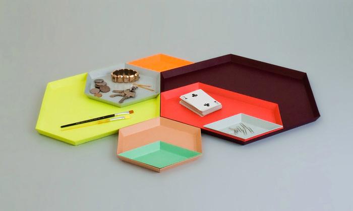 こちらは「カレイド」と呼ばれるトレイです。名前には万華鏡という意味があるように、重ね方によってさまざまな雰囲気が生まれます♪どの角もぴったりと合うように作られたデザイン性のなせる技!リビングのテーブルの上の小物整理の細分化にも良いですね。