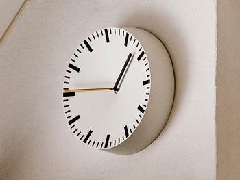 壁からにょきっと出てきたようなユニークなデザインが魅力の時計です。時計の中央部分が凹んでいるところも斬新ポイント。数字もないシンプル時計なので、どんなインテリアにも合わせやすいでしょう。