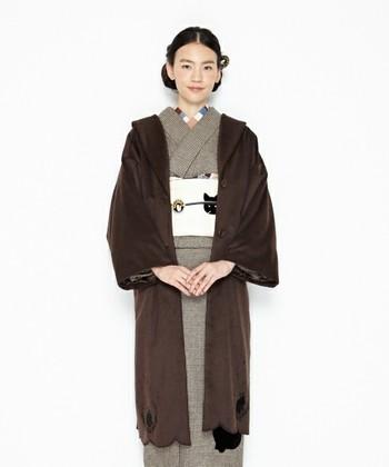 防寒対策としては、首回りが開いた肌着を着たり、着物用のコートやファーを羽織って首元を暖かくしましょう。