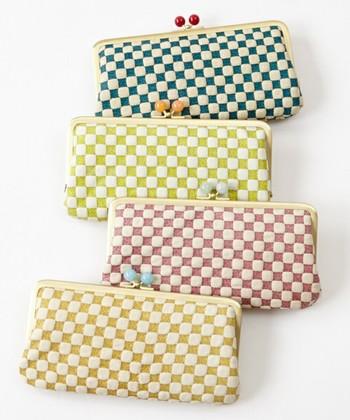 ふりふは小物も豊富です。日本の伝統技術・友禅染めを用いて作られたレザー素材の長財布。着物にも洋服にも合う、可愛らしいデザイン。
