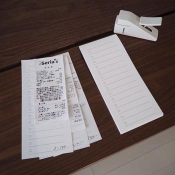 ざっくりとでいいので、家計簿をつけてみると自分の買い物の傾向が見えてきます。家計簿を書いたら、反省すべきポイントを洗い出し、マーカーなどで印をつけておくと、次に同じ行動をとることが少なくなります。
