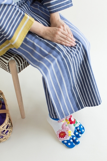 着物の場合は足先が寒いのですが、こんなポップでかわいらしい足袋型ソックスも使えますよ。無地の着物に合わせれば、着こなしのおしゃれなアクセントに。楽しい気分で初詣に向かえそうです♪