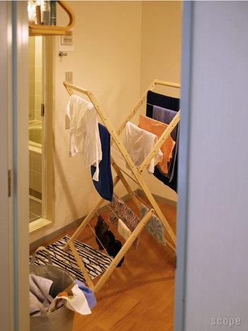 使い終わったバスタオルやバスマットもおしゃれに干したい! その願いを叶えてくれるのが、ドイツのSIDE BY SIDE(サイドバイサイド)の物干し台「papa」です。素材はアッシュ材の無垢の木。白木の物干し台は、洗濯物を干すという日常的な行為をちょっとカッコよく魅せてくれます。また、沢山の洗濯物を干せるように工夫された形はデザイン的にも素敵です。