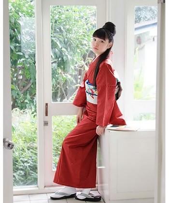 おめでたい朱色の着物は、縁起が良いといわれる七宝柄で大人っぽさをプラス。