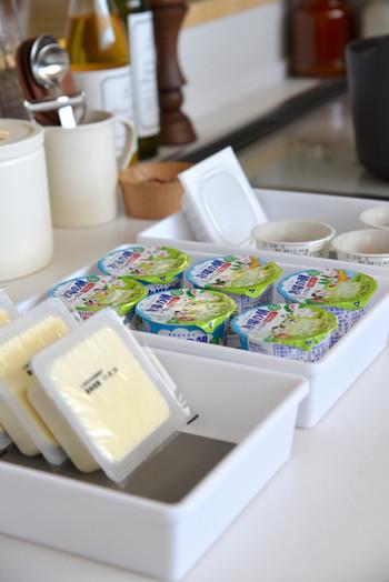 いつも購入するお豆腐やヨーグルト、納豆などはトレイを決めて、整然と並べておくと残数が分かりやすいですね。こちらのトレイは底の部分が滑らないようになっているので、お豆腐や納豆を立てかけて収納することができる便利アイテムです。