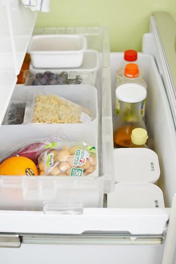 野菜室は特にごちゃごちゃしやすいエリアです。箱を入れて、使いかけの野菜が迷子にならないよう気を付けるといいでしょう。野菜は新鮮なうちに消費できるよう、パズルを組み立てるように献立を考えてあげましょう。