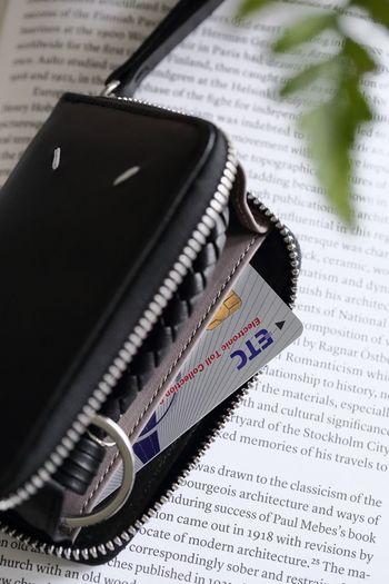 クレジットカードはポイントも溜まりますし、現代の暮らしには欠かせないものですよね。でも、いつも使うカードが複数あると、ポイントも分散してしまいますし、年会費など余計なお金がかかるようになります。ライフスタイルに合わせて、最も使用頻度の高い一枚に絞って使うようにしましょう。