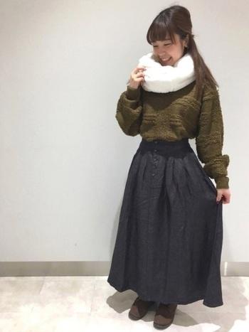 ダークカラーの着こなしは、ホワイトのスヌードで軽快かつ華やかに。首元にボリュームを出すことで、小顔効果も狙えます。