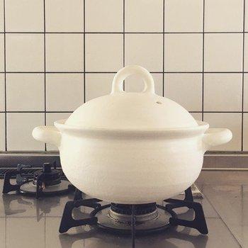 ころんとした丸みのあるフォルムが可愛らしい土鍋。白さがキッチンに映えます。