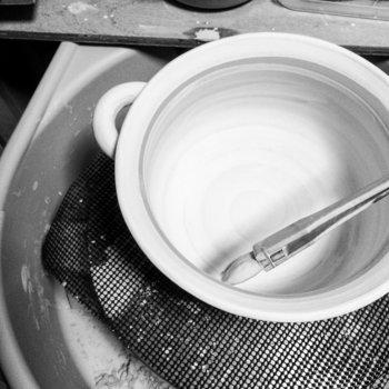 オーダーを受けてから約2ヶ月かけて作られる土鍋は、すべて手作り。丁寧な仕事ぶりや作者の人柄がうかがえるようなやさしい仕上がりです。