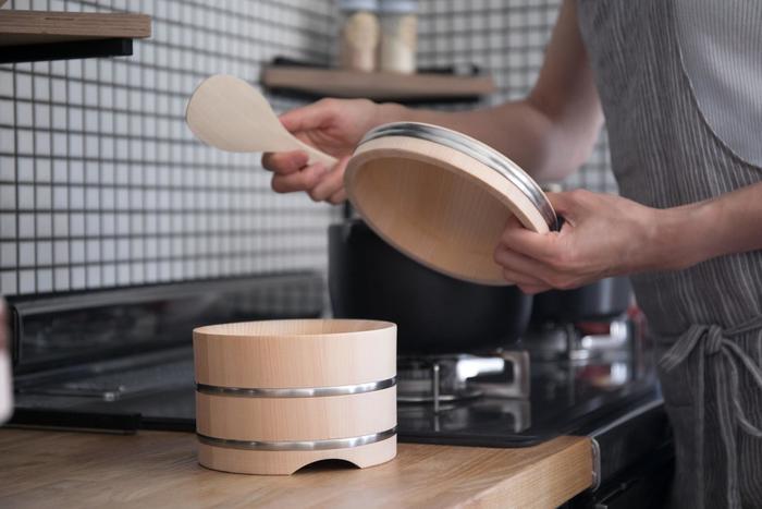ごはんが炊けたら、おひつに移すとおいしさがアップするのをご存じですか?温かいごはんから出る水分をおひつが吸い取ったりごはんを保湿する効果があるため、冷めてもおいしい、ふっくらもちもちのごはんが味わえます。