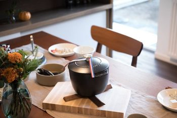 熱をむらなく鍋全体に伝える構造で、米粒ひとつひとつが立った絶品ごはんが炊きあがります。保温性も高いので、炊きたてアツアツをテーブルでも味わえます。ガス火以外にIHも使えるので、お引越しなどでキッチンが変わってもずっと愛用できるのも嬉しいポイント。