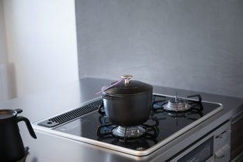 「もっとおいしいごはんが炊けるココット」を、という思いから開発されたLa Cocotte de GOHANは発売当初から大人気のアイテム。お鍋でごはんを炊きたいけれど、少量は炊きづらいという声を受け、1合から炊けるサイズになりました。