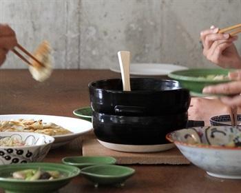 シックな黒がつややかに輝くごはんの鍋は、三重県四日市市の伝統工芸「萬古焼」(ばんこやき)。耐熱・耐久性に優れた「ペタライト(葉長石)」という陶土で作られています。冷めにくいので、炊いてからしばらくの間ならおひつとして食卓に置いておくことも。