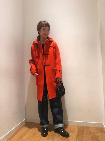 定番色のダッフルコートをお持ちの方にオススメしたいのが、パッと目を惹く華やぎカラー。温かみのあるオレンジなら、派手すぎるイメージにもなりません。