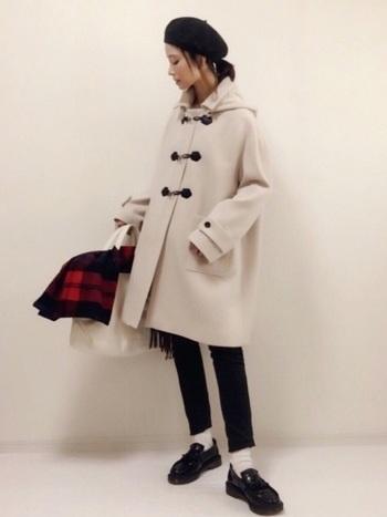 どうしても着こなしの色味が暗くなってしまうこの季節。ホワイトのダッフルコートを選べば、軽快かつ可憐なスタイルが完成します。