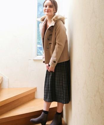学生風な薫りが漂うダッフルコート。品行方正なチェック柄のスカートをセットして、清楚な雰囲気を楽しみましょう。