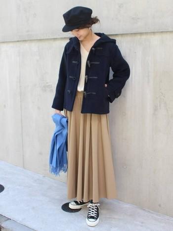 腰高に見せてくれるショート丈のダッフルコート。重心が下に偏ってしまいがちなロングスカートとも、好バランスを生んでいます。