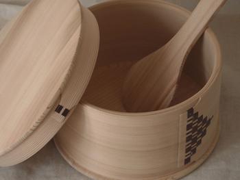 柴田慶信商店は、秋田杉を使用した伝統工芸品である曲げわっぱの製造メーカー。便利で安価な商品が増えるなか、秋田杉が持つ吸湿性や芳香、殺菌効果の良さが見直され、このおひつもじわじわと人気を集めています。