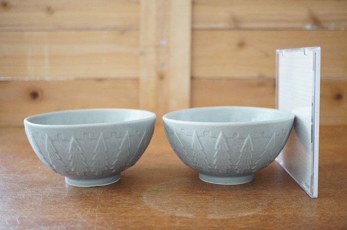 土鍋で炊いたごはんのおいしさは格別。大きなお茶碗で食べたい方におすすめなのが大きめなごはん茶碗。液状にした陶土を石膏型に流し込んで形を作る「鋳込み(いこみ)」という製法で作られています。  「森の飯碗」のネーミングどおり、外側に描かれた木の模様がステキ。どこか北欧風な雰囲気もありますよね。ツヤを抑えたグレーがやわらかい印象。