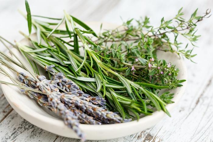 香りを楽しむ天然素材といえば、まず挙げられるのが「ハーブ」ではないでしょうか?お庭やベランダなどで育てているという方も多いですよね。生のハーブが手に入るのであれば、使いやすいサイズにカットして準備しましょう。