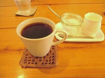 コーヒーは『マトカブレンド』。 お供のスイーツには、天然酵母のワッフルや黒糖のブラマンジェ、真夏には『ずんだ白玉+豆乳アイス』が登場します。