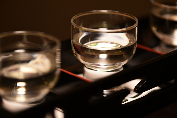 「日本酒風呂」も一度は試したい美容風呂の一つ。上等な日本酒を使う必要はなく、安価に手に入る物や飲み残しなどでもOKです。ただし、余計な物が入っていない「純米酒」を選びましょう。適量は250ccくらいで、ワイン風呂と同様にぬるめのお湯に入れるのがポイント。こちらも、お酒が弱い方は、まずは少ない量で様子を見て下さいね。
