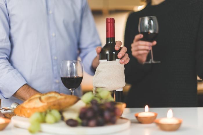 普段からワインをよく飲む方にオススメなのは「ワイン風呂」です。ワインの産地として有名な山梨県には、ワイン風呂を名物にしているホテルもあるそうですよ。ワインの適量は50~100mlくらい、お湯の温度が熱過ぎると湯気になったアルコールを吸い込んでしまうため、38~40度くらいのぬるめのお湯に入れましょう。お酒に弱い方は少ない量から始めてみて下さいね。