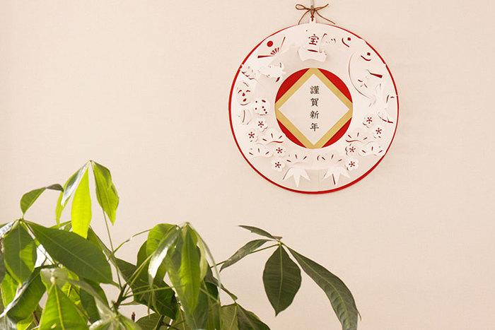 鶴、亀、梅の花、宝船や扇子など、おめでたいモチーフが立体的に浮き上がるペーパーリース。繊細なモチーフで、紙ならではの華奢なラインがとっても上品ですね。