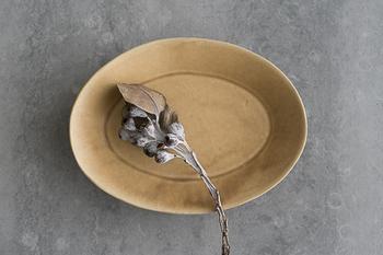 こちらは石川裕信さんの楕円鉢。シンプルながらもしっかりとした存在感があり、どこかほっとするライン。余白をたっぷり残して、器自身を主役にしてみるのもいいかもしれません。
