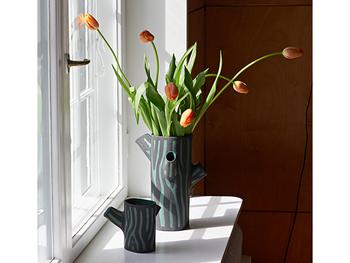 まるで木の幹のようなHAYの花瓶です♪リビングの窓辺にもぴったりですが、空間の雰囲気を変えたい時にも良いでしょう。枝のようなサイドの空洞にもお花を生けることができるんですよ。