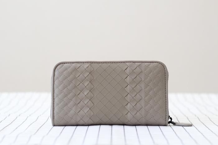 お財布はつねに丁寧に扱い、レシートやカードなどでいっぱいになっているということがないようにしましょう。お金を大切に扱うことで、お財布の隅々にまで意識が行き渡るようになり、今、いくら持っているのか、いくら使っていいのかということを把握できるようになります。