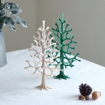 繊細なラインが素敵なツリーは、木製の組み立て式。畳んでしまえるのでかさばりません。色々なオーナメントを飾ることもできます。