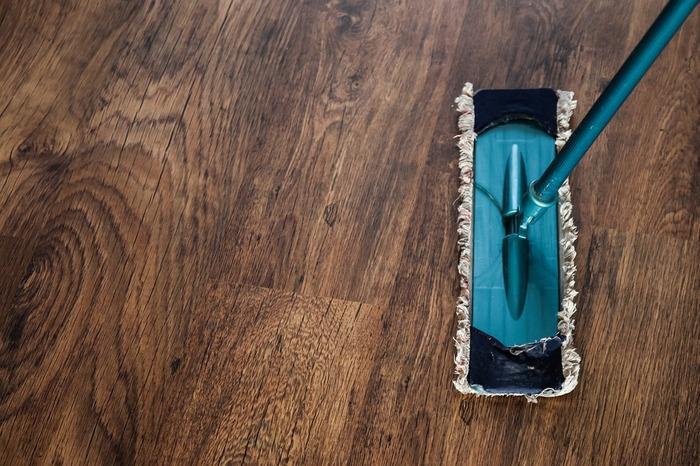 加工していないフローリングや桐箪笥などの木製製品、畳といった天然繊維に使うと部分的に変色してしまう可能性があります。また、アルミ製品も黒ずんでしまうので使用は避けましょう。