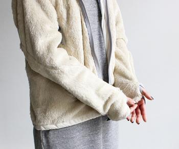 保温性と通気性に優れた素材は、軽くて快適♪両サイドにはファスナーがついたポケット付きで、ちょっとした物を入れるのにも便利です。袖口にはサムホールが付いていて、あったかいうえに可愛いアクセントになってくれます。