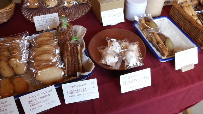 北海道で人気の焼き菓子とパンの店、「三月の羊」。元々田園調布にあったお店を2010年に北海道・大沼に移転させました。土曜日しか店頭販売をしていないので、開店日にはいつも多くのお客さんが訪れます。素朴でシンプルなお菓子は、少しずついろんな味を試してみたくなります。