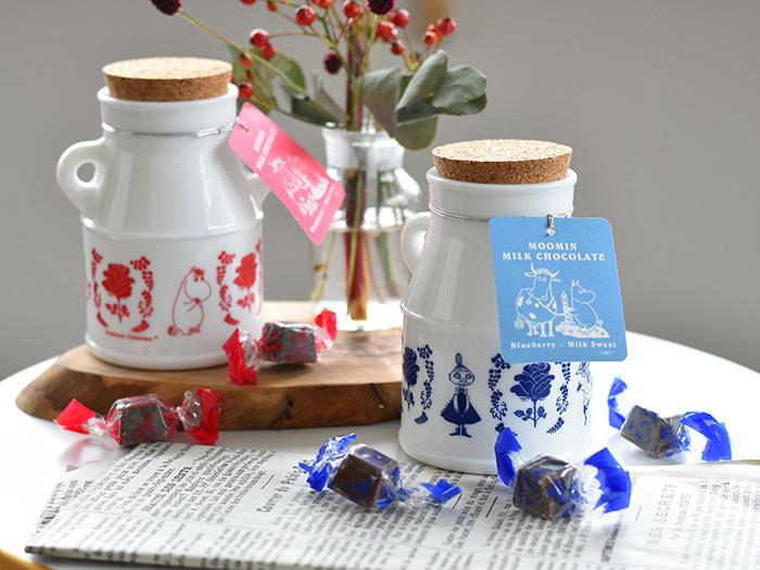 牛乳瓶のようなかわいいボトルに入った、北欧フィンランドの人気者ムーミンのチョコレート。陶器のようなギョク硝子製のボトルにムーミン谷の仲間たちがプリントされています。甘さ控えめのチョコレートに、甘酸っぱいブルーベリーやラズベリーがアクセント!キュートなパッケージだけでなく美味しさにもこだわっています。