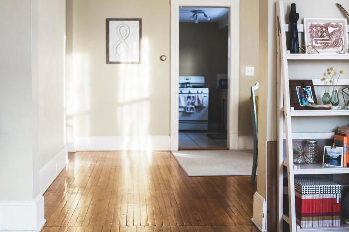 床のスペースが狭いと、それだけで窮屈な印象を与えてしまい、散らかっているイメージを持たれてしまいがちです。 できるだけ家具を少なくして、床が見えるスペースを広く取りましょう。 同じ面積でも、それだけで部屋全体が広く見えてます。