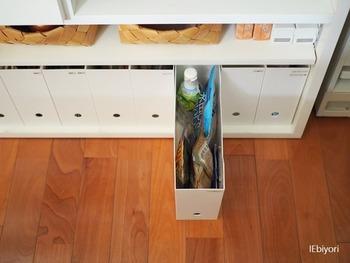 間取りにある収納スペースが足りなければ、テレビ台やチェスト、テーブルの下なども活用して、独自の収納場所をつくって普段出しっぱなしにしがちな物を置くようにすると、散らからないリビングにすることができます。