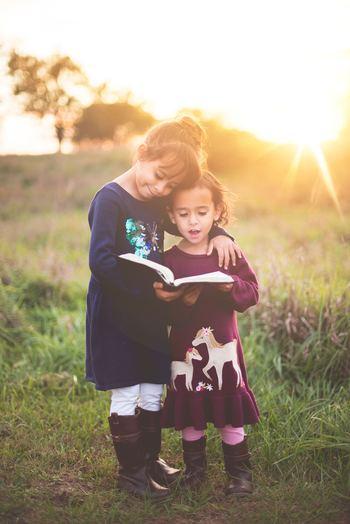 大人になると、仕事や子育てに追われ、友達とのやりとりが減ったり、疎遠になってしまうこともありますが、友達との冒険や、何気ない会話、慰めあったことや、喧嘩したことが、自分という人間を形作る上で大事なベースになっているはず。大人になってからも気のおけない友達はありがたい存在ですね。