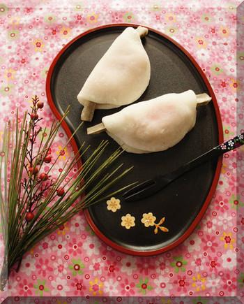 平安時代、新年のお祝いに宮中で食されたというお菓子「花びら餅」もぜひ作ってみたいところ。甘く煮たごぼうと白味噌餡を求肥で包む、この時期だけの特別なお菓子ですよ。