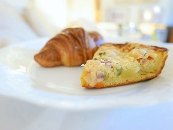 フランス小麦を使ったバゲットが有名ですが、他にも絶品のパンや伝統的なフランス菓子などがあり、ブラッスリーではフランスの家庭料理と一緒に、各種ワインもいただけるのでランチやティータイム以外にディナーで訪れても良さそう。
