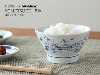 江戸時代に長崎県で多く焼かれていた、庶民の日常食器である「くらわんか碗」をベースにしたごはん茶碗。日本の伝統的なお茶碗に描かれたムーミンの愛らしいイラストにほっこりします。  絵柄は全部で4種類。日本の美しい風景の中で楽しげに笑うムーミン達は、毎日の食卓を楽しく演出してくれます。