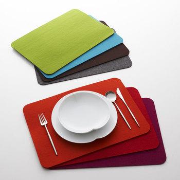 鮮やかな色彩でテーブルを華やがせるドイツ製のフェルトのプレースマット。花瓶を置いたり、お気に入りのオブジェなどをディスプレイしたり、デスクやリビングなどテーブル以外の場所でもいろいろな目的で使えます。