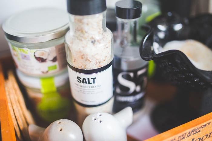 季節を問わず、一年中気軽に出来るのが「塩風呂」。シンプルさが魅力の入浴剤ですが、いくつか注意点があります。まずは、精製されていない「粗塩」を使うこと。量はお好みで決めてよいそうですが、まずは30~50gくらいを入れてみるのがオススメです。そして気をつけたいのは、塩分が浴槽や風呂釜に影響しやすいということ。お塩を入れたら追い炊きはせず、入浴後は早めにお湯を抜いて浴槽を洗い流しましょう。