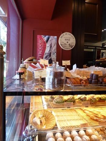 店内には各種パンの他に、フランスの伝統的なお菓子なども並び、お土産にも使えます。